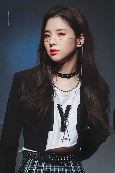 LOONA's HeeJin Sets The Atmosphere With Face Chain During