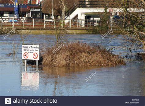 humorous funny sign flood flooding river medway yalding